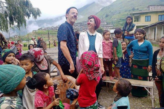 Deux clowns normands apportent le rire dans des villages du Népal