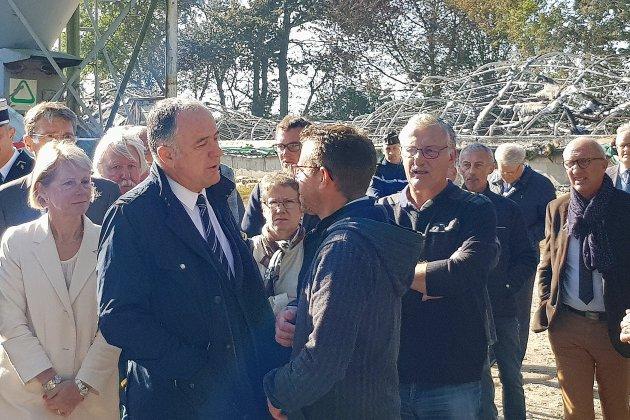 La Ministre de l'agriculture est venu à l'élevage incendié de Normandel