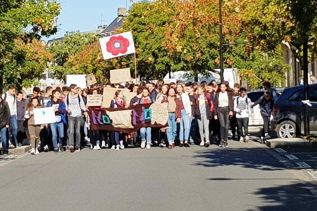 Alençon: 200 lycéens manifestent contre le réchauffement climatique