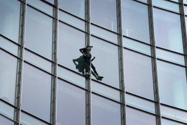 """Le """"spiderman"""" français arrêté après l'escalade d'une tour à Francfort"""