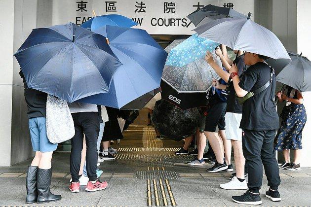 Hong Kong: comparution des premiers manifestants ayant bravé la loi anti-masque