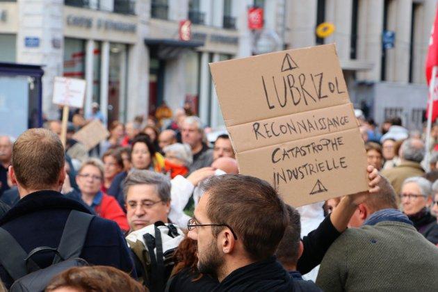 """Lubrizol: un millier de personnes exigent """"la vérité"""""""