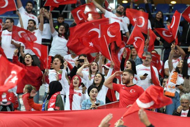 France-Turquie: la Marseillaise applaudie par les supporters turcs