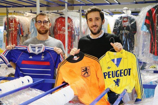 Ils vendent des maillots de football collector