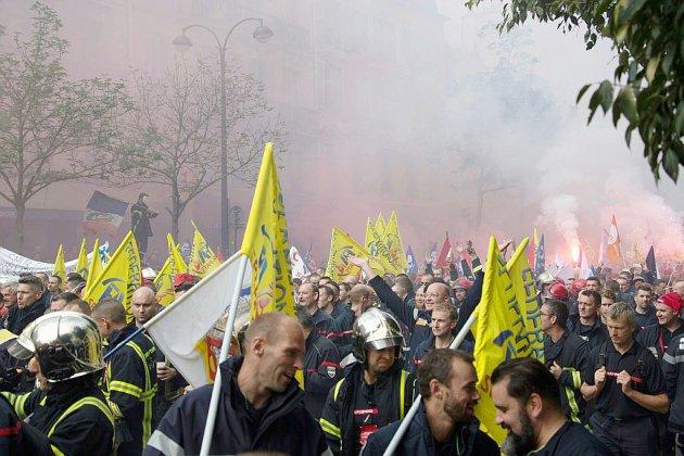 """Des milliers de pompiers """"en colère"""" manifestent à Paris, tensions en fin de cortège"""