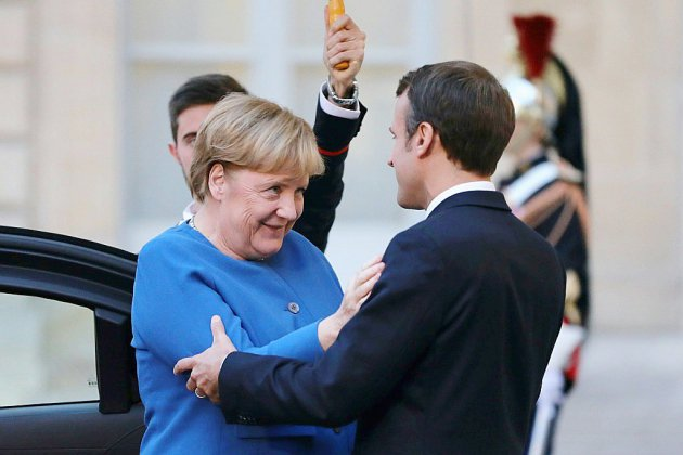 En pleines tensions internationales, Macron retrouve Merkel pour resserrer le couple franco-allemand