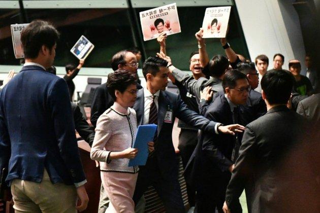 Hong Kong: Carrie Lam, interrompue par l'opposition, renonce à un discours au parlement