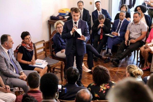 """Macron tranche sur le voile dans l'espace public: """"Ce n'est pas l'affaire de l'Etat"""""""
