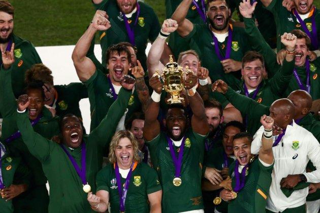 Le capitaine de l'Afrique du Sud Siya Kolisi brandit la Coupe du monde de rugby