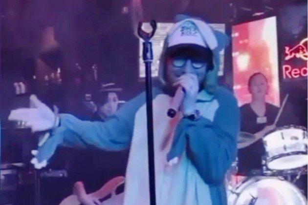 Ed Sheeran se déguise en Pokémon dans un karaoké au Japon