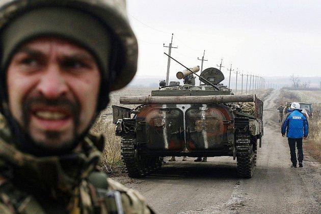 Début d'un retrait de troupes très attendu sur la ligne de front en Ukraine