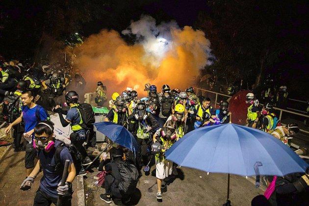 Hong Kong : premiers heurts dans les universités, la police bat en retraite