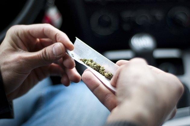 Contrôlé voiture à l'arrêt, il fumait du cannabis