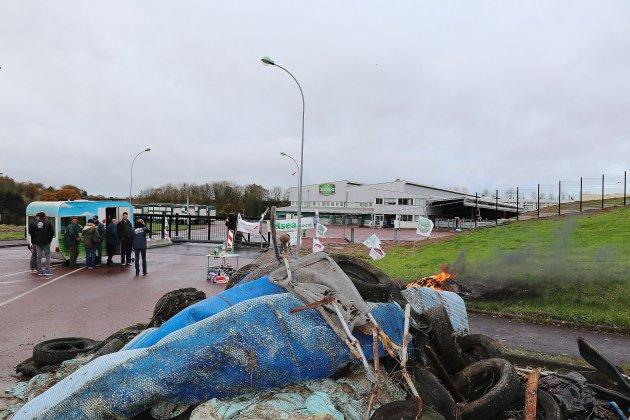 Dans le désarroi les agriculteurs bloquent Socopa à Coutances
