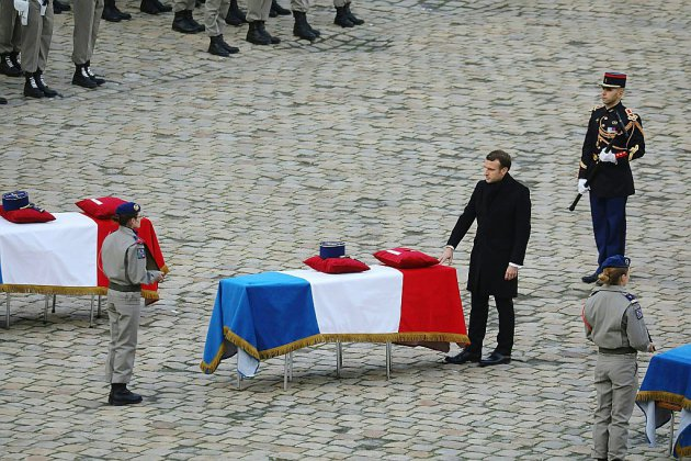 """Macron s'incline devant le """"sacrifice"""" des 13 soldats français morts au Mali"""
