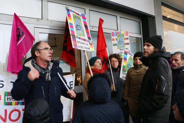 Des syndicatsenseignants devant la permanence d'une députée