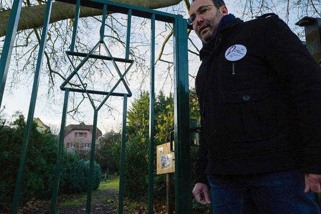 """Alsace: des """"veilleurs de mémoire"""" au chevet des cimetières juifs"""