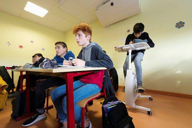 Pédaler pour mieux écouter: des vélos-bureaux dans un collège de l'Allier