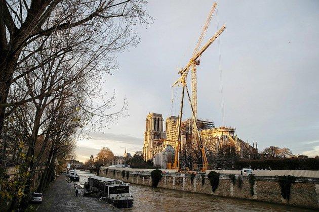 Notre-Dame sans messe de Noël et surmontée d'une grue géante