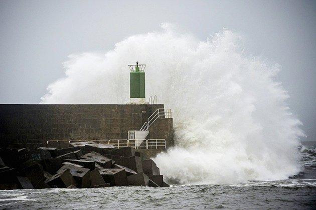 Intempéries: la tempête Fabien balaye le sud-ouest, 95.000 foyers sans électricité