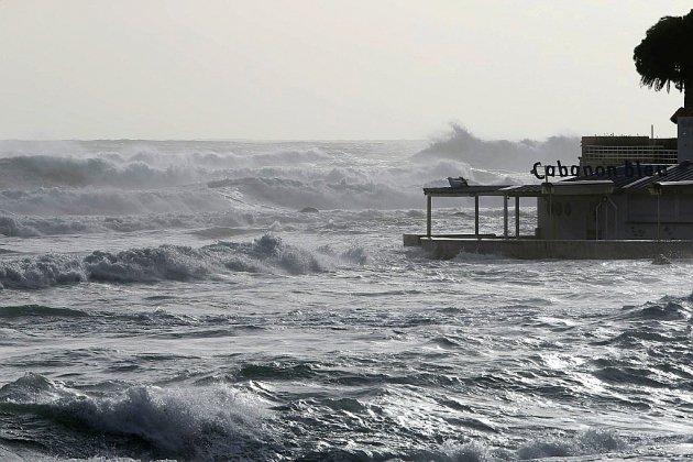 Après la tempête, environ 20.000 foyers sans électricité, les liaisons avec la Corse reprennent