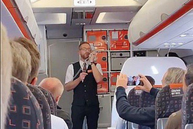 Un steward partage l'esprit de Noël dans un vol Bâle-Prague