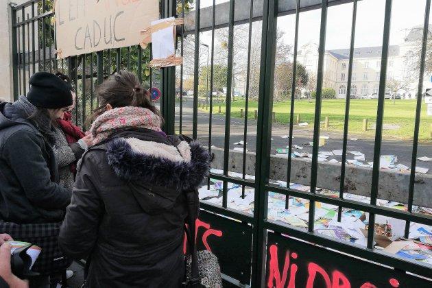 Retraites: les grévistes jettent des manuels scolaires devant le rectorat