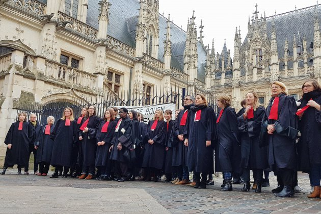 Contre la réforme, les avocats dansent devant le palais de justice