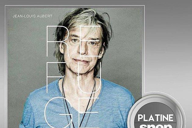 Jean-Louis Aubert reçoit un disque de platine pour son album Le Refuge
