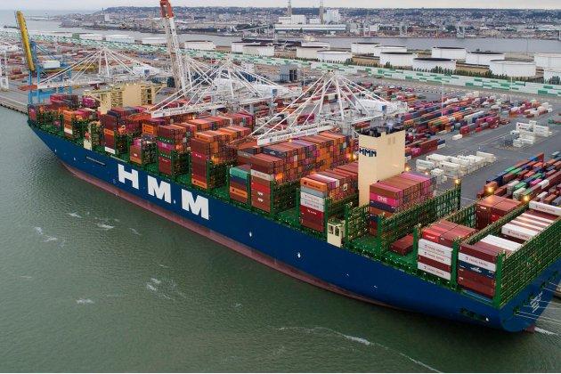 L'un des plus grands porte-conteneurs au monde en escale