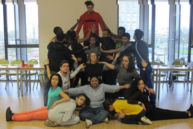 Ensemble, des ados français et de jeunes migrants montent un spectacle