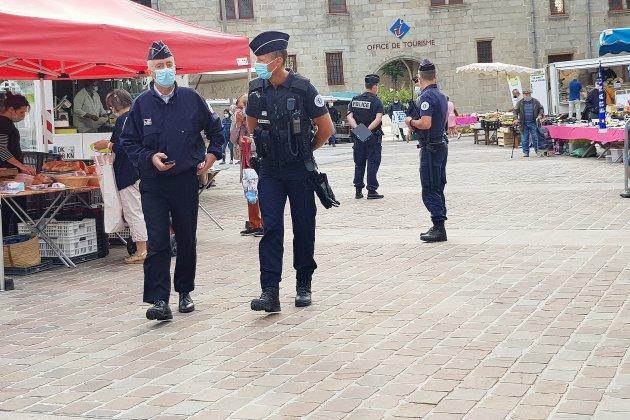 La police contrôle le respect du port du masque sur le marché