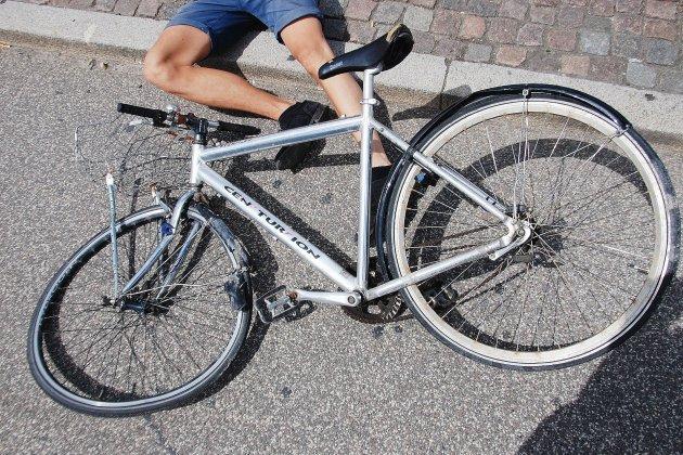 Un cyclisteen urgence absolue après une collision avec une voiture