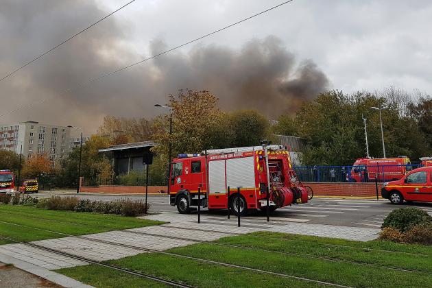 Important incendie d'un entrepôt dans le quartier de Caucriauville
