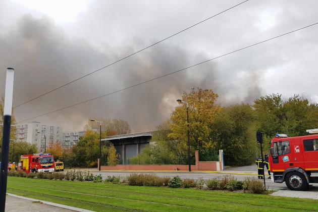 Incendie de l'ancien entrepôt Lipton: le feu est maîtrisé mais pas éteint