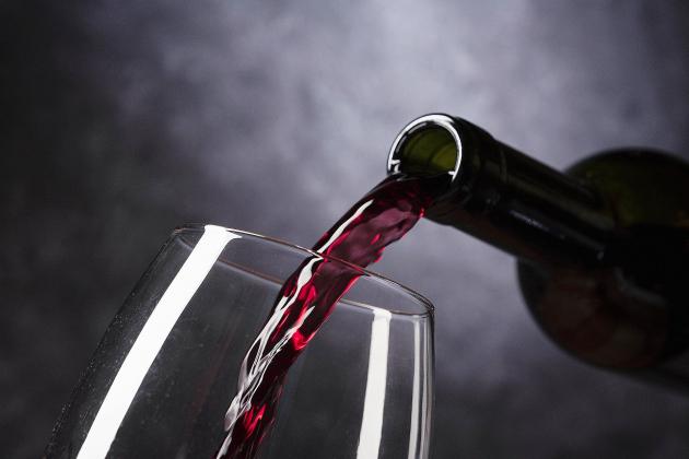 Le serveur du restaurant inverse un vin à 18$ et unvin à 2000$!