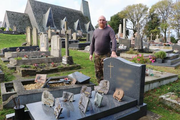 Il entretient et restaure les tombes pour ceux qui en ont besoin