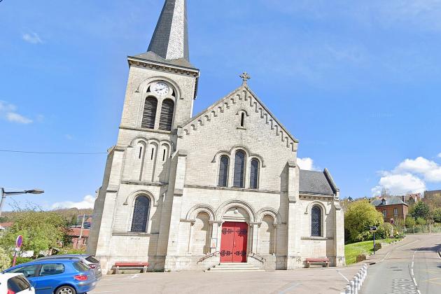 Un hommese suicide devant l'église