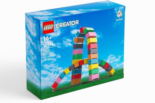 Il réalise La Catène de conteneurs en Lego