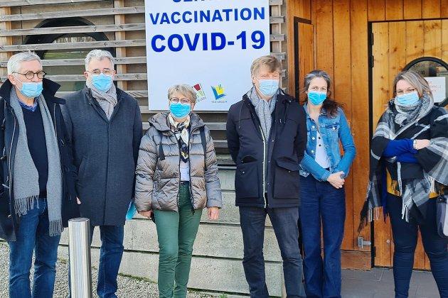 Covid-19: coup d'envoi de la vaccination au pôle de santé