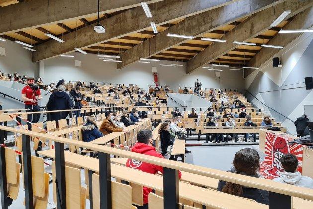 Dans un amphi, les étudiants montrent l'exemple pour la reprise des cours