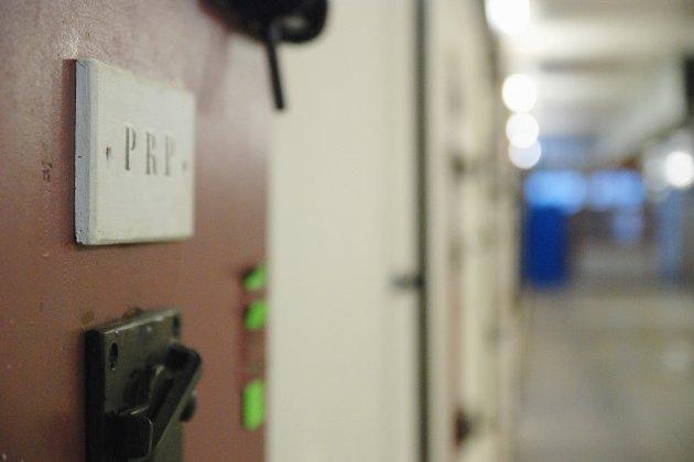 Cinq gardiens de prison comparaissent en appel pour des violences sur un détenu