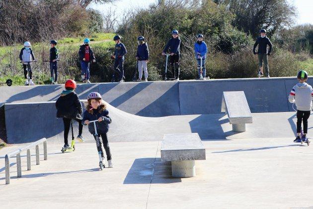 Les vacanciers profitent du soleil au skatepark et sur la voie verte