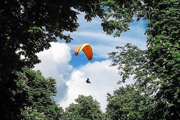 Un parapentiste pris au piège dans un arbre