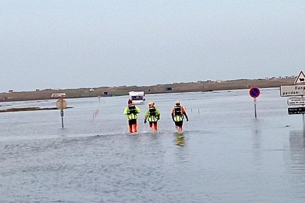 Troispersonnes à bordd'un camping-car piégées par la marée