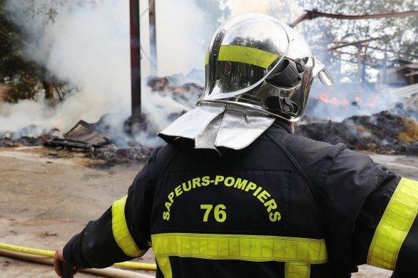 Un feu de poubelles se propage à un entrepôt