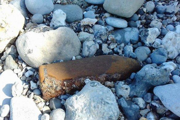 Un obus découvert sur la plage