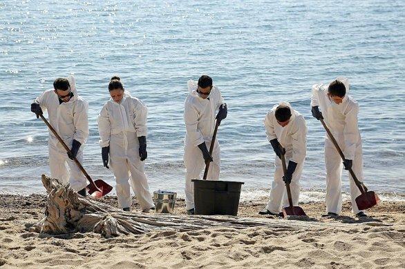 Corse: opération nettoyage sur la côte et en mer après une pollution aux hydrocarbures