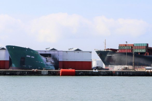 Un cargo en perdition au terminal croisière… ou une œuvre d'art?