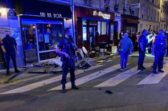 Un homme en voiture percute par accident une terrasse de bar à Paris: une morte, six blessés dont le conducteur